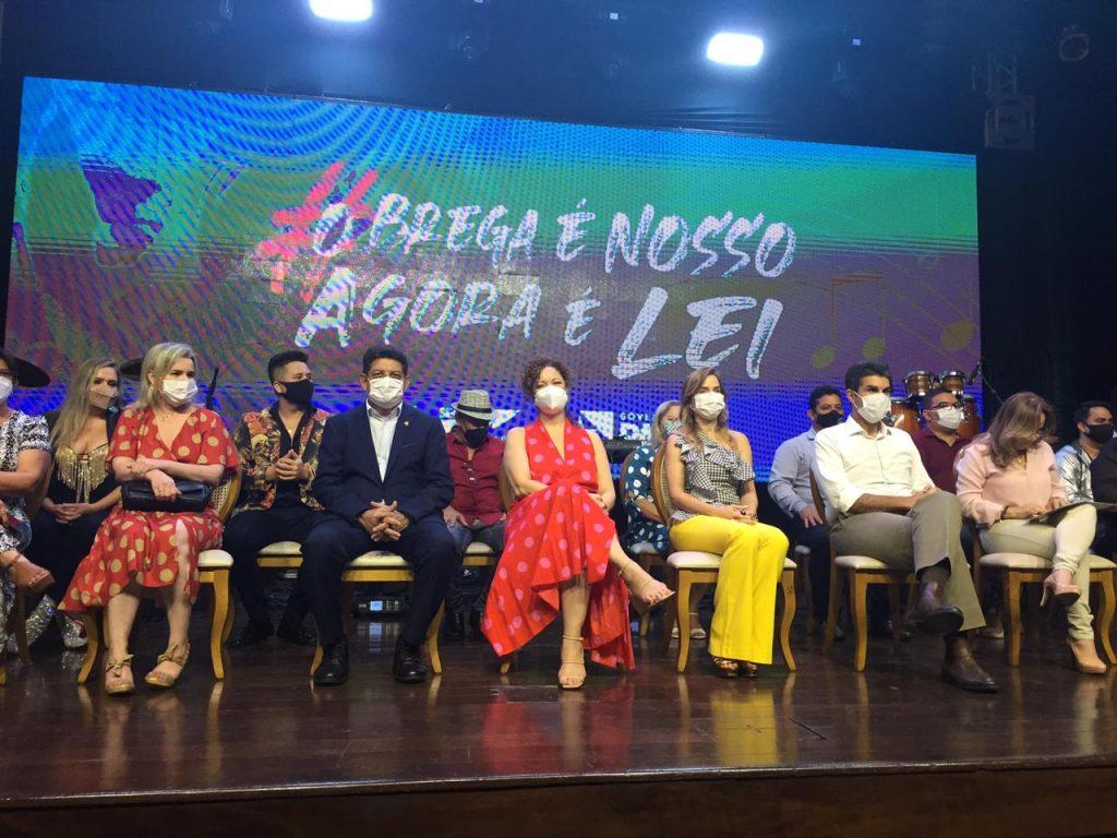 Fumbel prestigia assinatura da lei que reconhece o brega como patrimônio cultural imaterial do Pará.